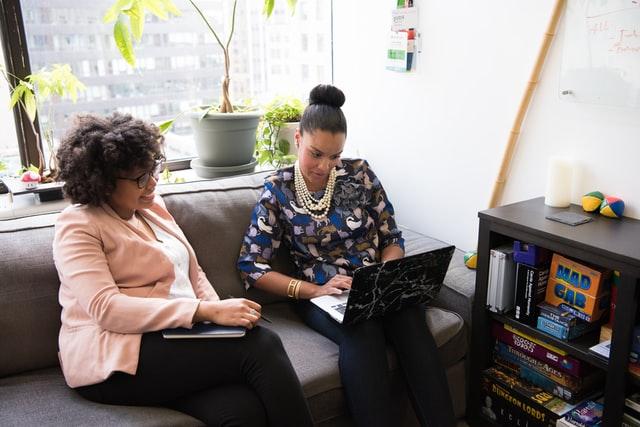 un femme qui aide une étudiante dans son orientation