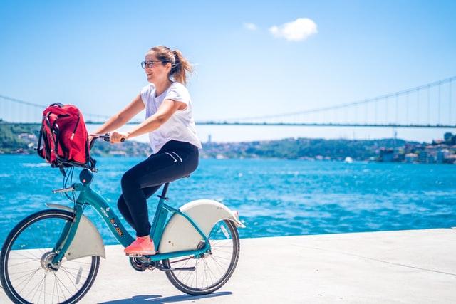 une femme sur un vélo