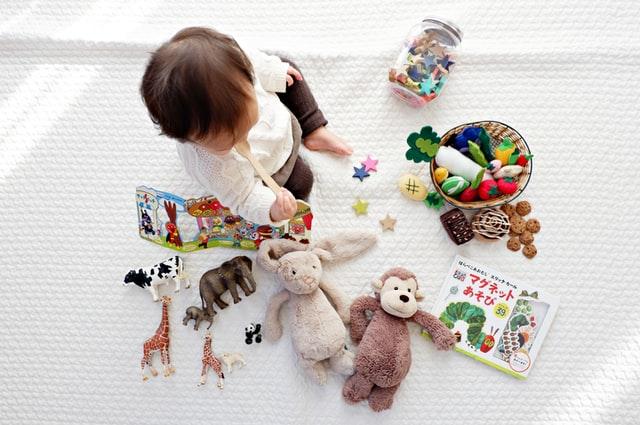 un enfant qui joue avec des jouets