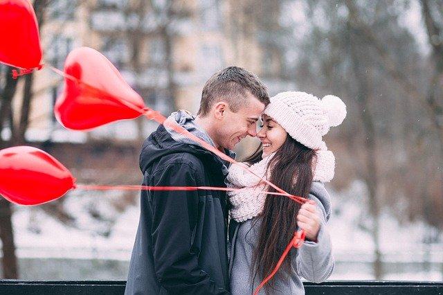 couple amoureux avec des ballons gonflables